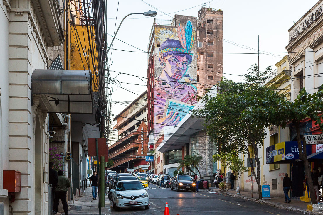 Граффити на индейские темы на домах в центре города Асунсьон, Парагвай. Graffiti on indigenous peoples of Americas on houses in the city center of Asuncion, Paraguay.