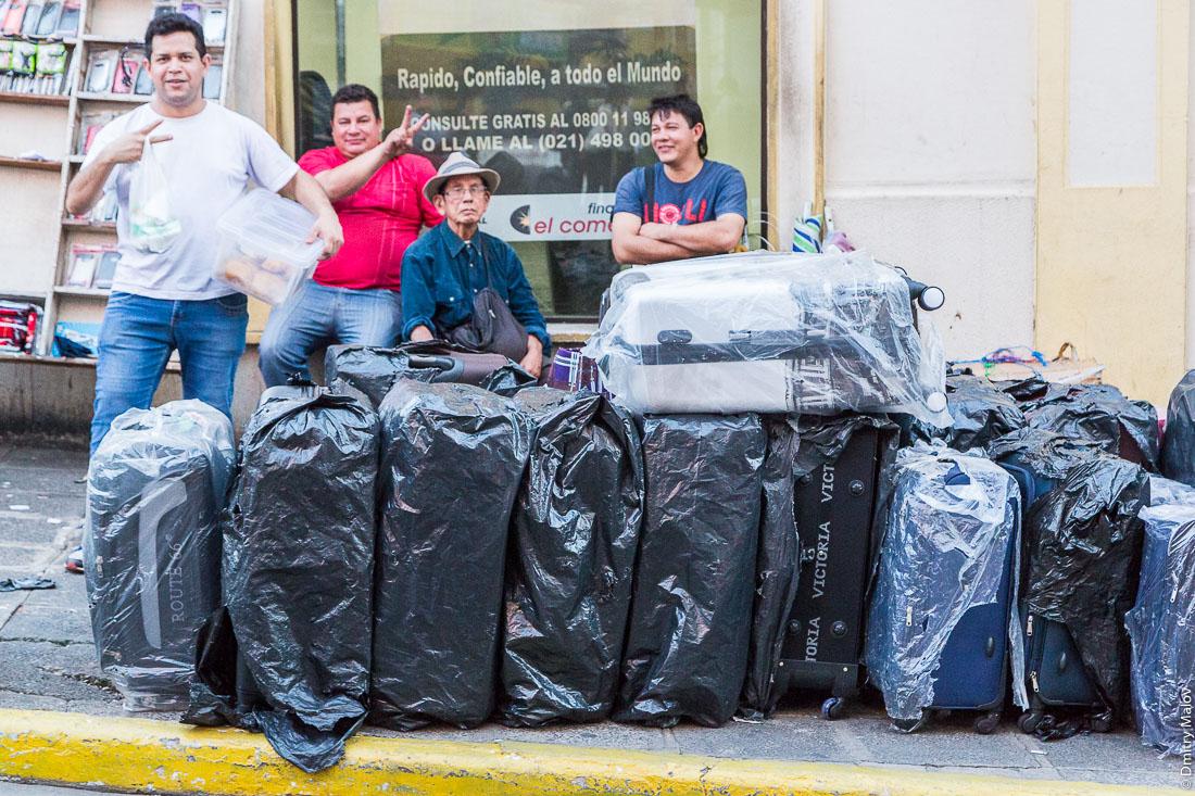 Продавец чемоданов, Асунсьон, Парагвай. Luggage seller, Asuncion, Paraguay.