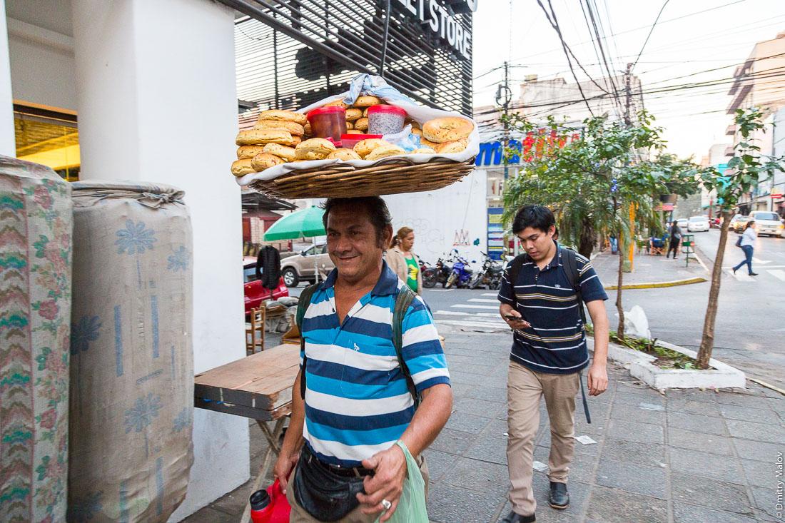 Торговец лепешками хлеба на центральной улице, Асунсьон, Парагвай. Tortilla and loafs merchant on the main street, Asuncion, Paraguay.