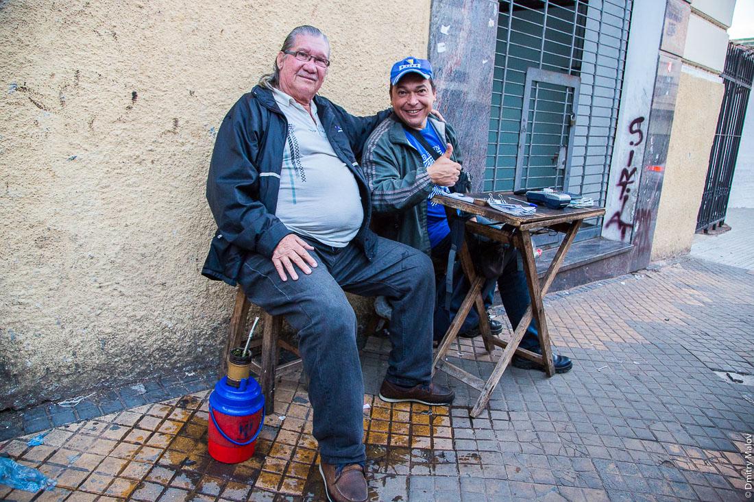 Уличные торговцы с терере, Асунсьон, Парагвай. Street vendors with tereré, Asuncion, Paraguay.