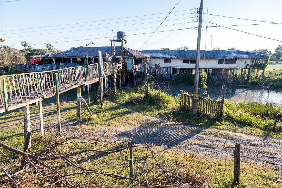 Дом на сваях у дороги №9 Рута Трансчако, Гран-Чако, Парагвай. Stilt house by the road number 9 Ruta Transchaco, Gran Chaco, Paraguay.