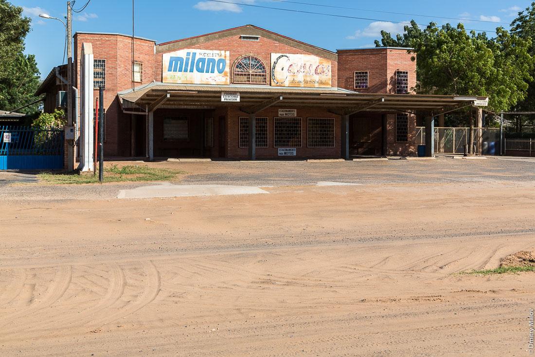 Центр города Филадельфия, Гран-Чако, Парагвай. Заброшенный торговой центр. Filadelfia city centre, Gran Chaco, Paraguay. An abandoned shopping center.