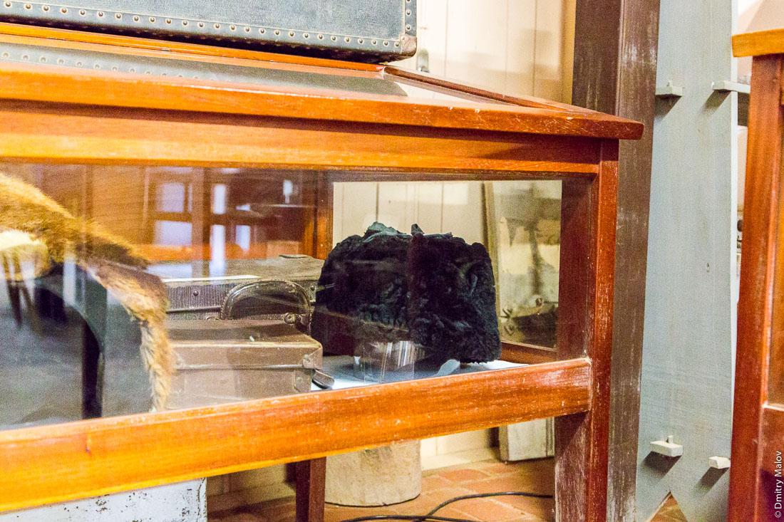 Шапка-ушанка. Музей колонии Фернхайм. Центр города Филадельфия, Гран-Чако, Парагвай. Hat with ear flaps. Museum of Fernheim Colony. Filadelfia, Gran Chaco, Paraguay.