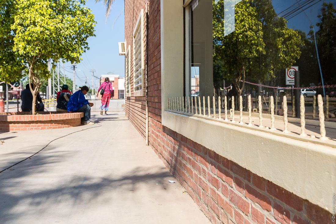 Шипы против бездомных, бомжей и бездельников в городе Филадельфия, Гран-Чако, Парагвай. Anti sitting spikes on streets of the city of Filadelfia, Gran Chaco, Paraguay.