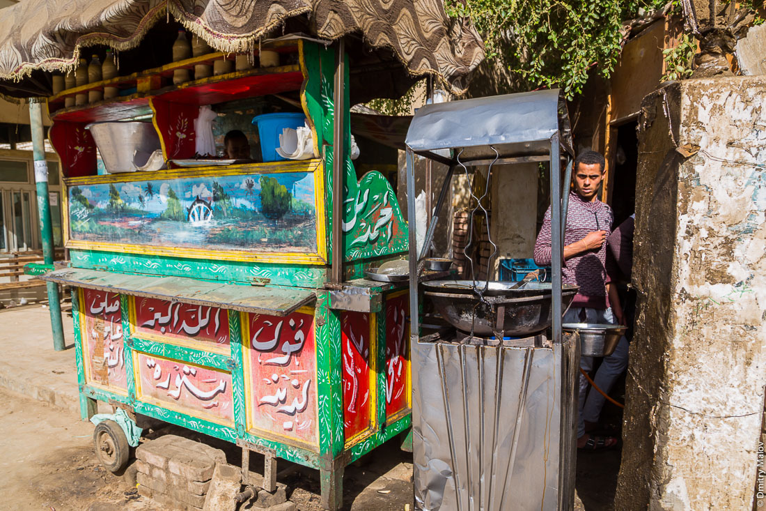 Street food vendor, el-Bawiti, Oasis of Bahariya, Western Desert, Sahara, Egypt. Уличный торговец едой, Эль-Бавити, Оазис Бахария, Западная пустыня, Сахара, Египет.