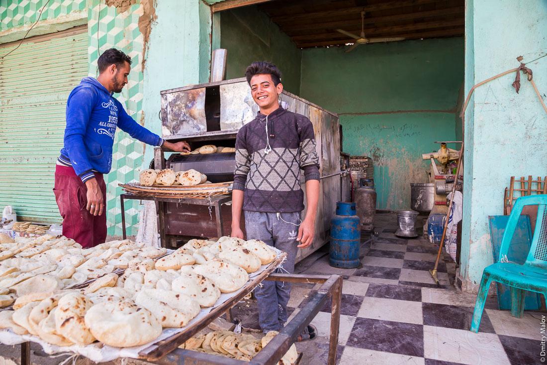 Bakery. Making of pita bread, el-Bawiti, Oasis of Bahariya, Western Desert, Sahara, Egypt. Булочная, пекут лепёшки пита. Эль-Бавити, Оазис Бахария, Западная пустыня, Сахара, Египет.