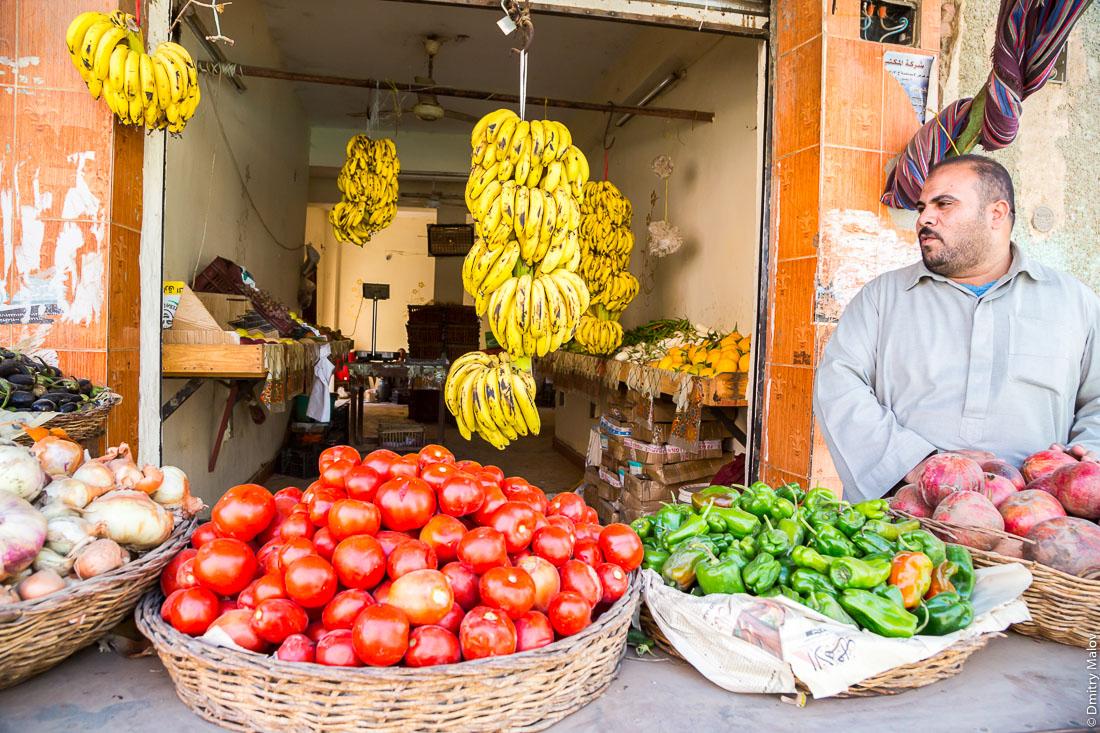 Магазин овощи-фрукты, Эль-Бавити, Оазис Бахария, Западная пустыня, Сахара, Египет. Vegetables and fruits store (greengrocer), El-Bawiti, Oasis of Baharia, Western Desert, Sahara, Egypt.