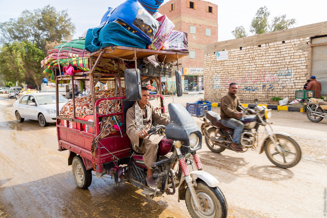 Two men on motorbikes. El-Bawiti town, Bahariya Oasis, Western desert, Sahara, Egypt. Двое мотоциклистов. Эль-Бавити, Оазис Бахария, Западная пустыня, Сахара, Египет.
