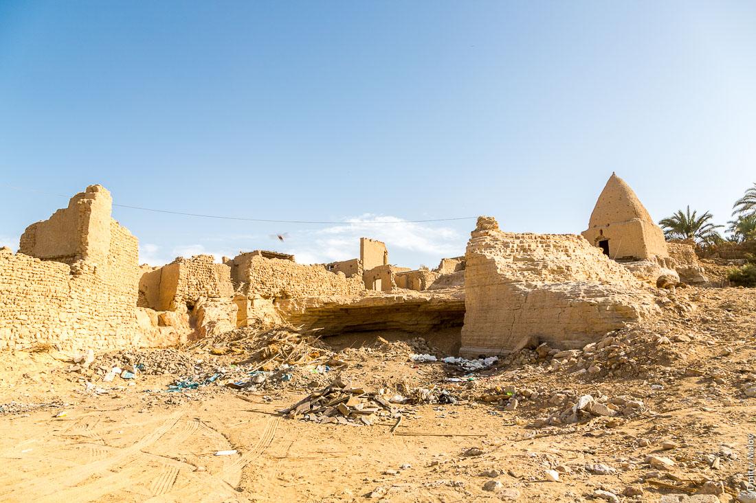 Остатки старого оттоманского глинянного города, Эль-Бавити, Оазис Бахария, Западная пустыня, Сахара, Египет. Remains of an old Ottoman clay city, El-Bawiti, Oasis of Bahariya, Western Desert, Sahara, Egypt.