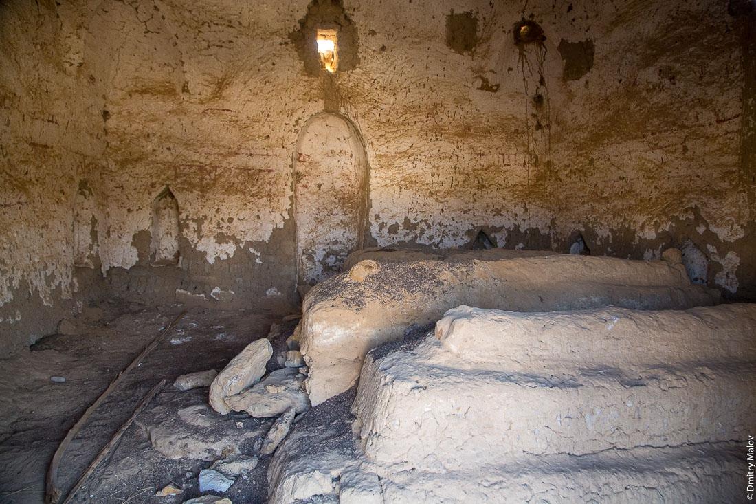 Внутри старого мавзолея исламского шейха, Эль-Бавити, Оазис Бахария, Западная пустыня, Сахара, Египет. Inside the old Islamic Sheikh mausoleum, El-Bawiti, Oasis of Baharia, Western Desert, Sahara, Egypt.