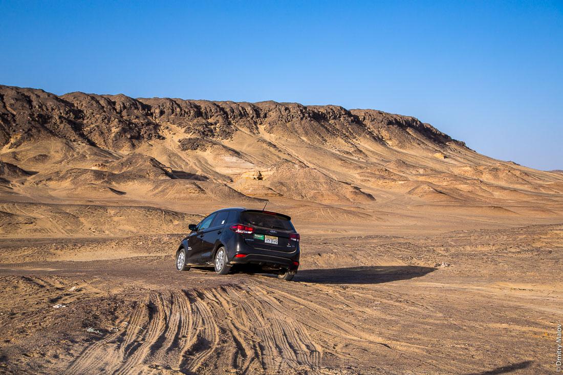 Kia mini bus off-road in Black desert, Al-Bawiti, Oasis of Bahariya, Western Desert, Sahara, Egypt. Оффроад на минибасе Киа, Черная пустыня, Аль-Бавити, Оазис Бахария, Западная пустыня, Сахара, Египет.