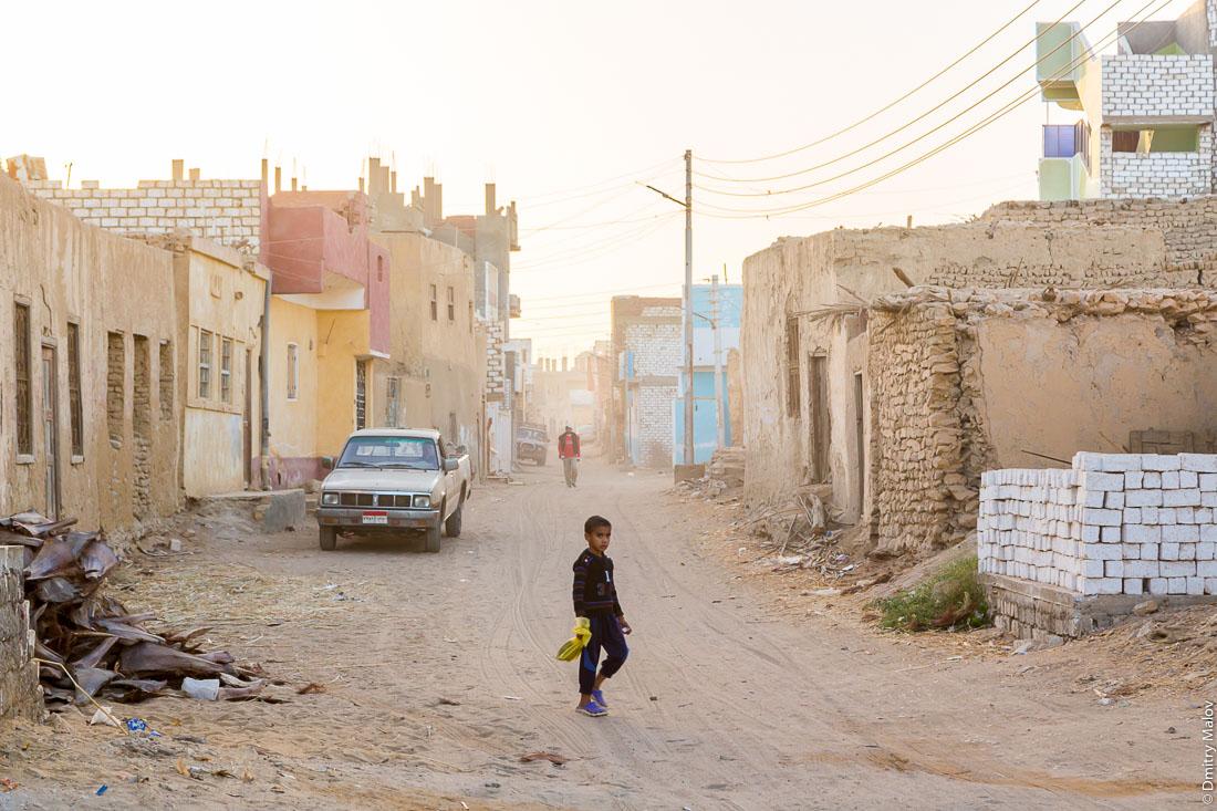 Мальчик бродит по улице в Эль-Бавити, Оазис Бахария, Западная пустыня, Сахара, Египет. A boy roams the street in El-Bawiti, Oasis of Bahariya, Western Desert, Sahara, Egypt.