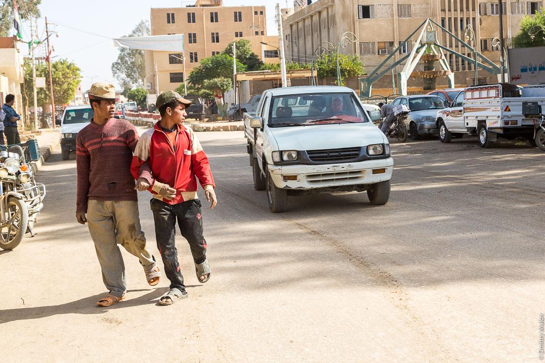 Мужчины в арабских странах ходят под ручку, Эль-Бавити, Оазис Бахария, Западная пустыня, Сахара, Египет. Men in Arab countries go hand in hand, Al-Bawiti, Bahariya Oasis, Western Desert, Sahara, Egypt.