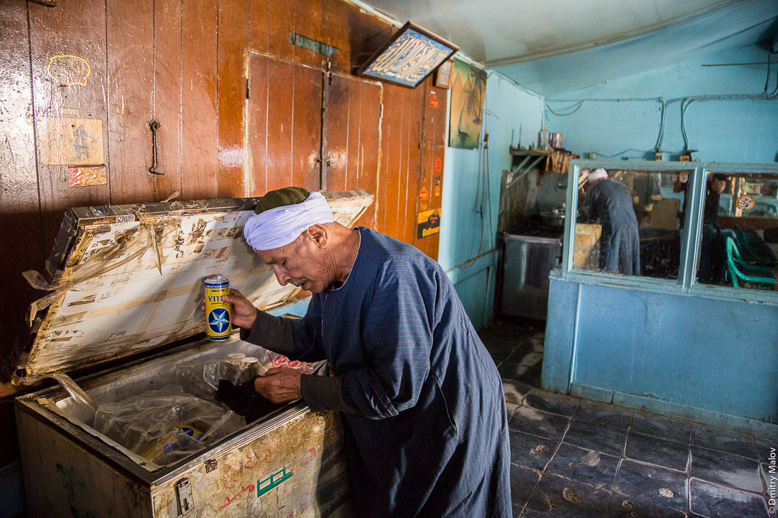 Дед-бутлегер продаёт алкоголь (пиво Стелла), Эль-Бавити, Оазис Бахария, Западная пустыня, Сахара, Египет. Grandfather Bootlegger sells alcohol (Stella beer), Al-Bawiti, Oasis of Bahariya, Western Desert, Sahara, Egypt.