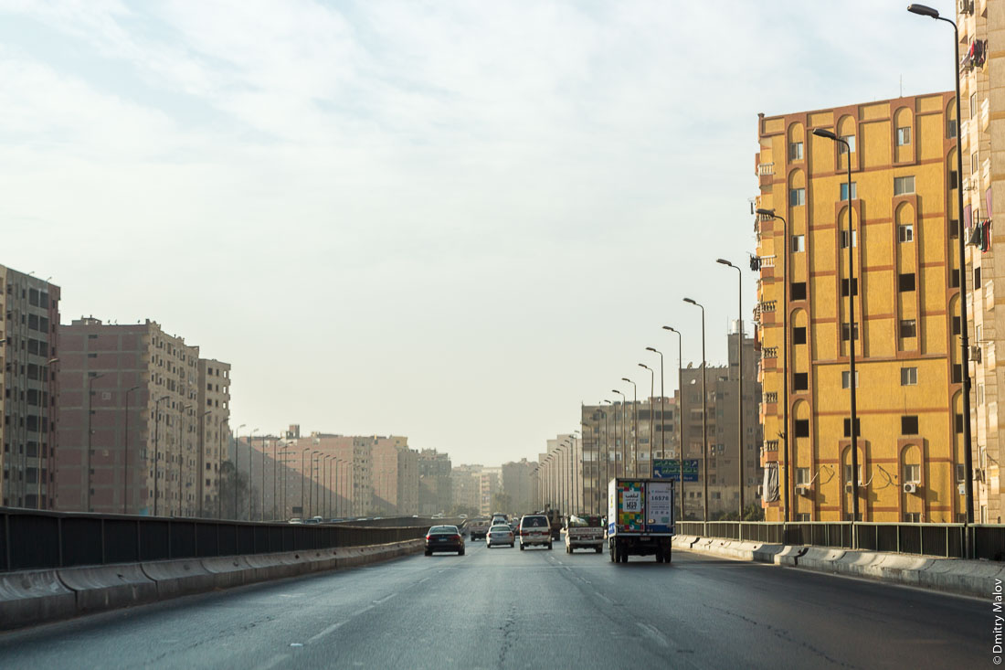 Highway between high-rise apartment blocks on outskirts of Giza-Cairo, Egypt. Автострада между многоэтажек на окраине Гизы-Каира, Египет.