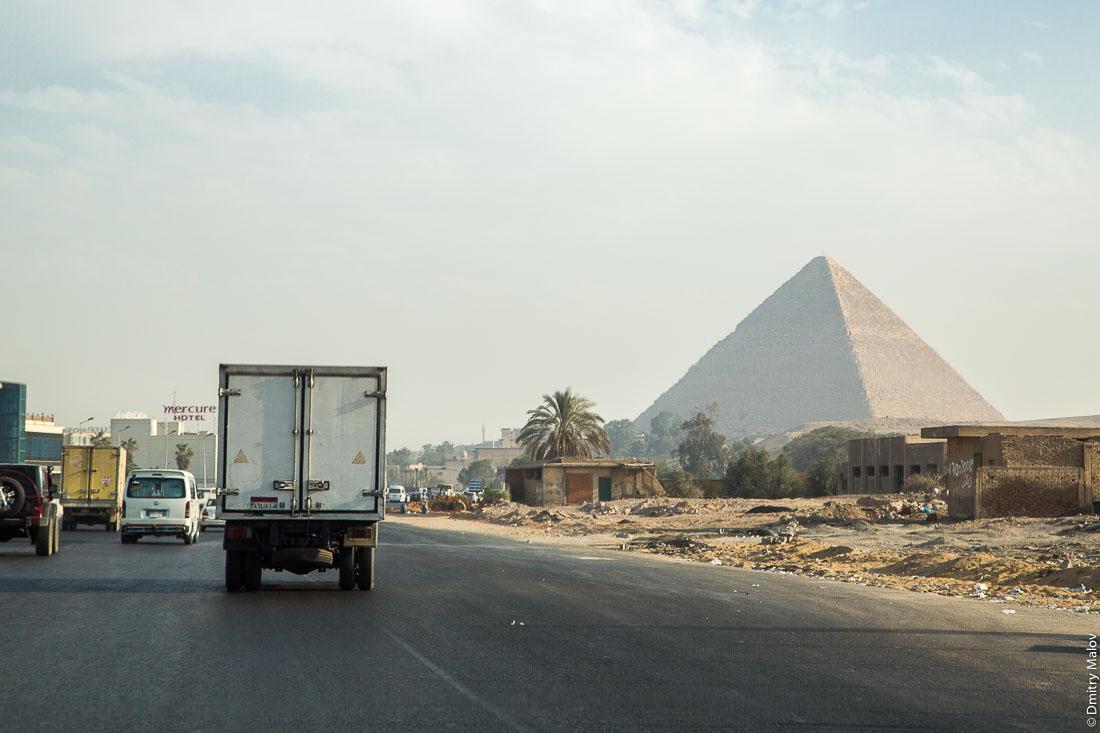 Пирамида Хеопса (Хуфу), Великая пирамида Гизы, вид из города Гиза, Каир, Египет. The Great Pyramid of Giza (Pyramid of Khufu, Pyramid of Cheops), Giza pyramid complex as seen from El Giza, Cairo, Egypt
