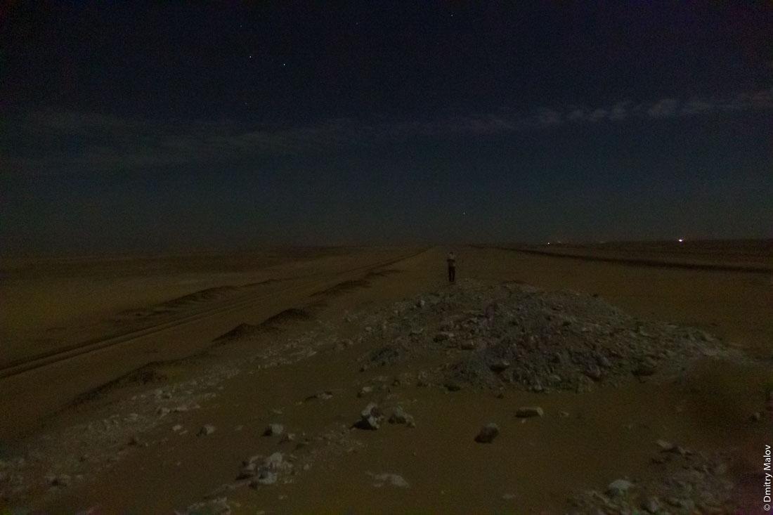 Western desert between Giza and Bahariya Oasis, Egypt by night. Западная пустыня между Гизой и оазисом Бахария, Египет ночью.
