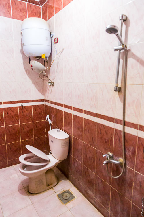Western Desert Hotel & Safari bathroom, Al-Bawiti, Oasis of Bahariya, Western Desert, Sahara, Egypt. Гостиница Western Desert Hotel and Safari. Туалет и ванна, Аль-Бавити, Оазис Бахария, Западная пустыня, Сахара, Египет.