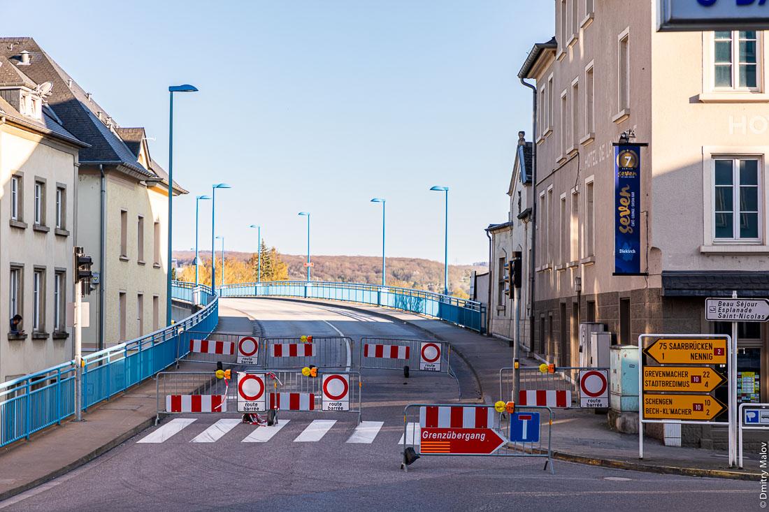 Closed Luxembourg-German border from Remich with Nenning, Saarland, as COVID-19 pandemic hits the Schengen zone and European Union. Moselle river bridge crossing. Перегороженная дорожными блоками люксембургско-германская граница в Ремише с Неннингом (Саар) по мосту через Мозель. Закрытые границы в Шенгенской зоне и ЕС во время пандемии COVID-19.