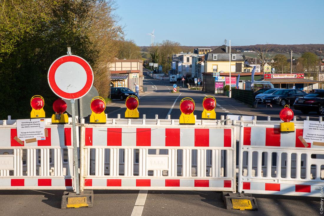 Closed Luxembourg-German border from Remich in Nenning, Saarland, as COVID-19 pandemic hits the Schengen zone and European Union. Road blocks at Moselle river bridge. Перегороженная дорожными блоками люксембургско-германская граница в Неннинге (Саар) с Ремишем по мосту через Мозель. Закрытые границы в Шенгенской зоне и ЕС во время пандемии COVID-19