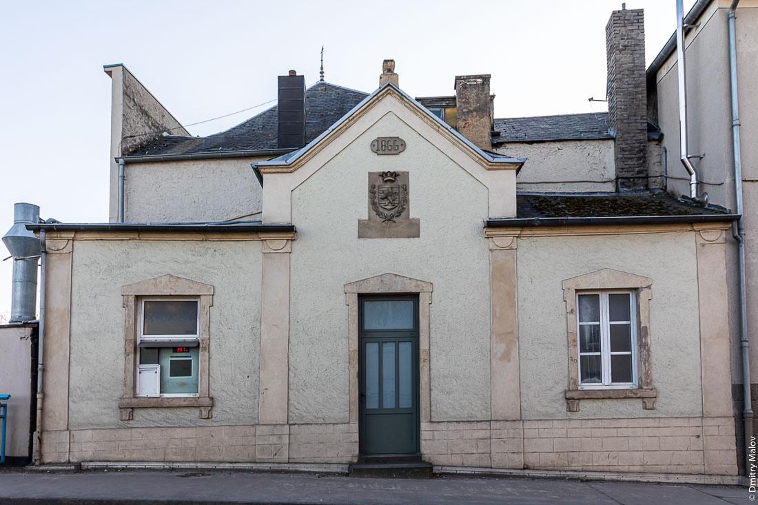 Historical customs building near the border bridge in Remisch, Luxembourg. Историческое здание таможни около пограничного моста в Remisch, Люксембурге.