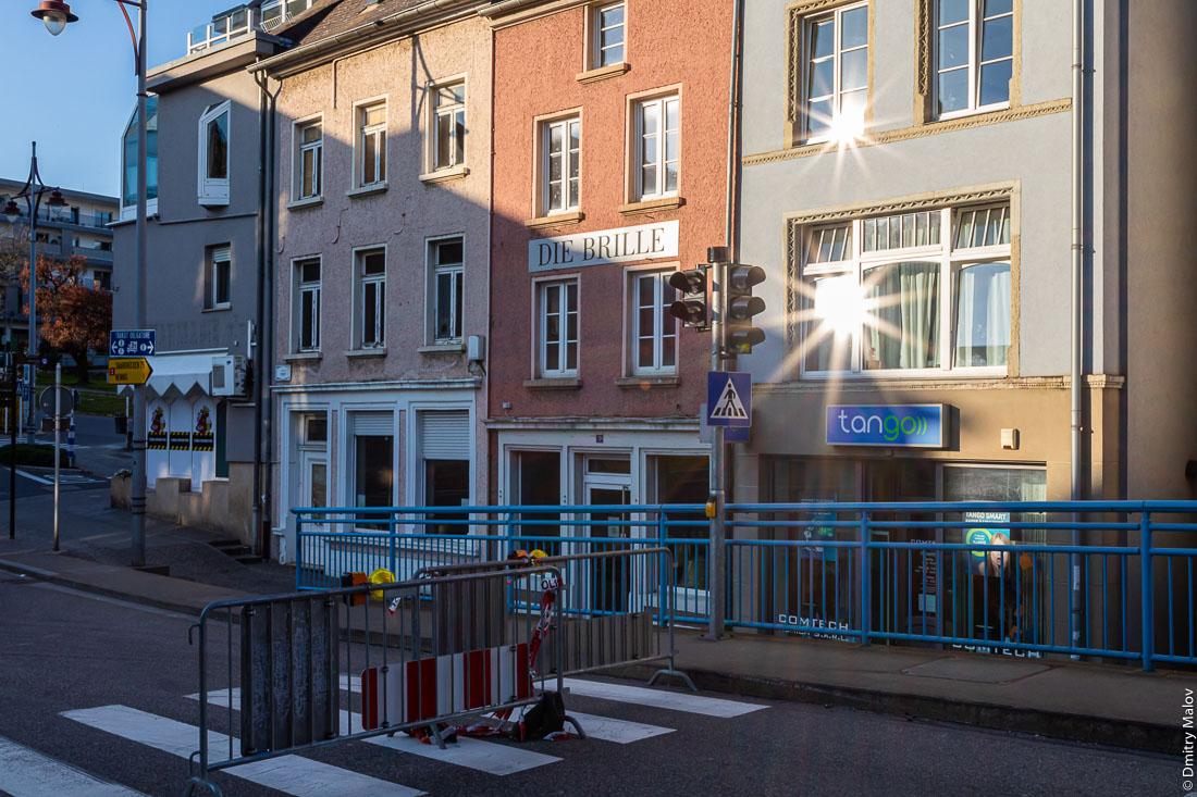 Closed Luxembourg-German border from Remich with Nenning, Saarland, as COVID-19 pandemic hits the Schengen zone and European Union. Перегороженная дорожными блоками люксембургско-германская граница в Ремише с Неннингом (Саар) у моста через Мозель. Закрытые границы в Шенгенской зоне и ЕС во время пандемии COVID-19.