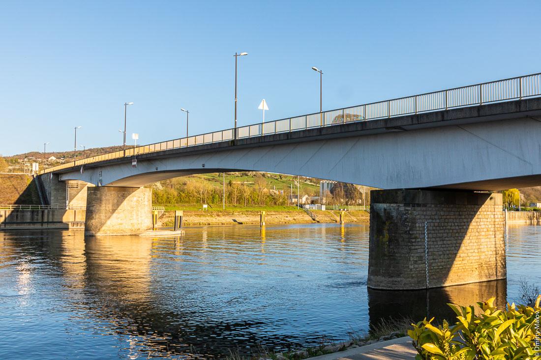 The local border Moselle bridge between Schengen, Luxembourg and Perl, Germany. Местный пограничный мост через Мозель между Шенгеном, Люксембург и Перлом, Германия