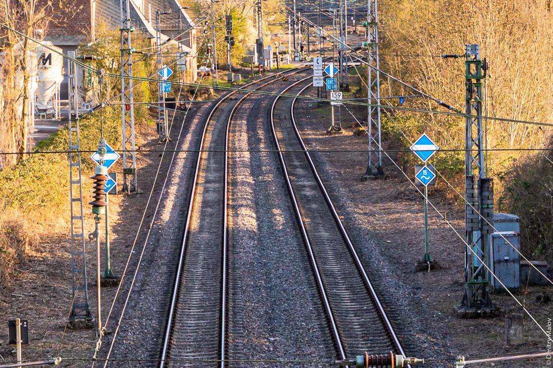 German-French border railroad crossing, Perl, Germany. Apach, France. Железная дорогра пересекает немецко-французскую границу, Перл, Германия. Апаш, Франция.