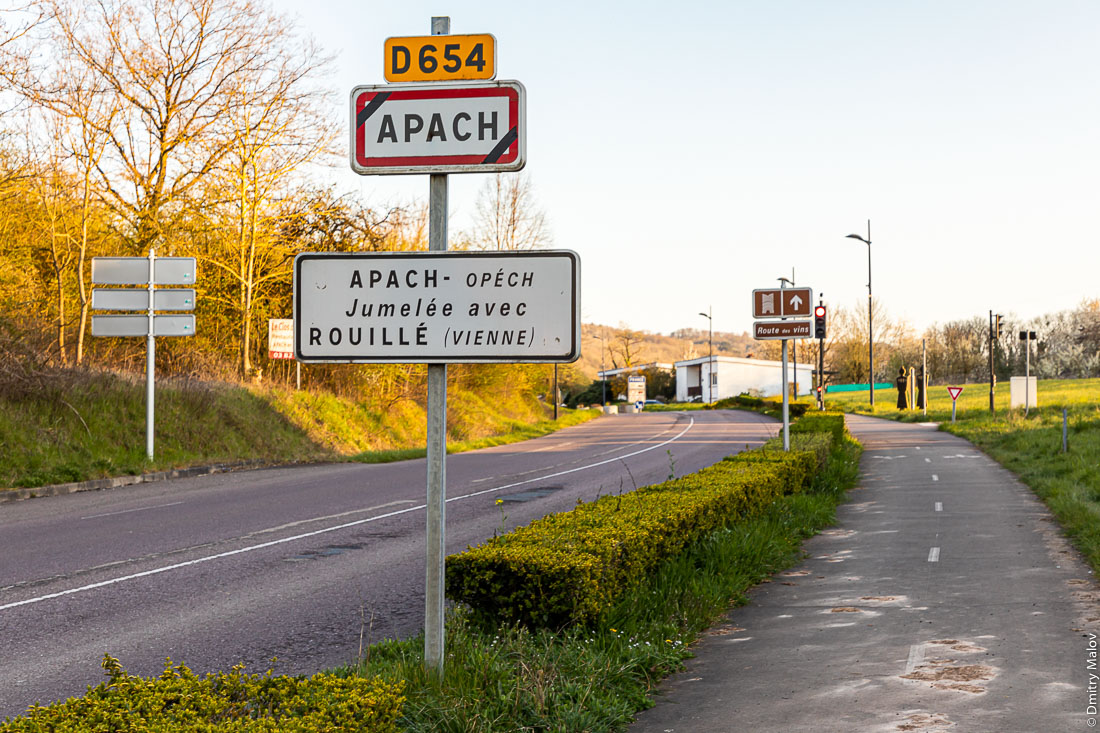D654. Apach - Opéch, Jumelée avec Rouillé (Vienne). Route des vins. Roadsigns at France border at the tripoint of the borders of Germany, France and the Luxembourg. Perl, Germany. Дорожные знаки на границе Франции у трипоинта границ Германии, Франции и Люксембурга. Перл, Германия. Апаш, Франция