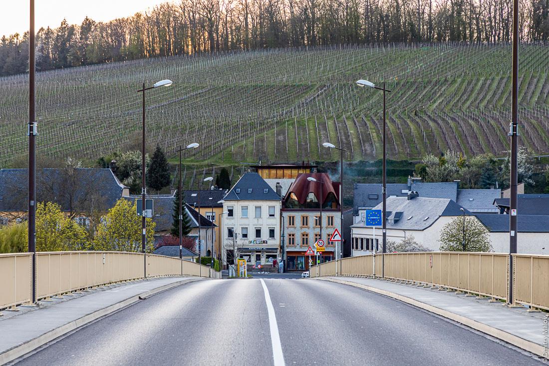 View over Schengen village, Luxembourg, from the border bridge to Perl, Germany. Вид с пограничного моста через Мозель на Шенген, Люксембург.