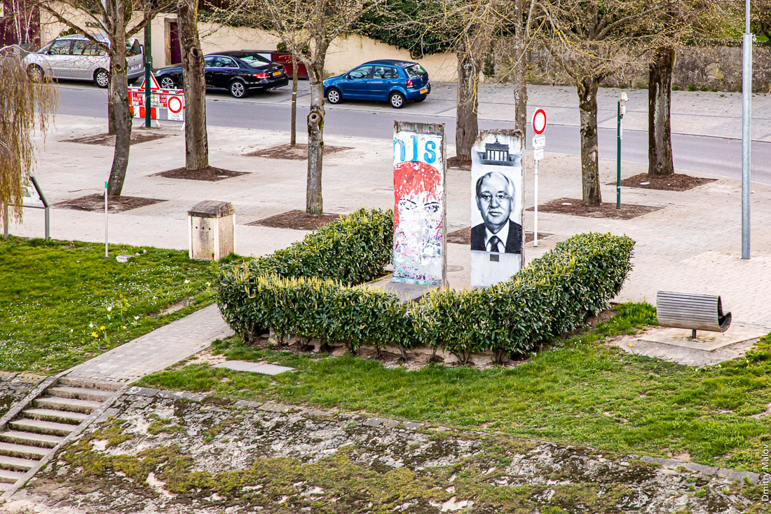 "View over Schengen village, Luxembourg, from the border bridge to Perl, Germany. Fragments of Berlin wall with Gorbachev mural. Вид с пограничного моста через Мозель на Шенген, Люксембург. Фрагменты Берлинской стены с графити  ""Горбачев""."