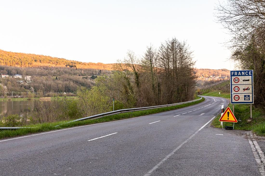 A road sign for speed limit while crossing the border from Luxembourg to France in Schengen. Дорожный ограничения скоростей во Франции при пересечении государственной границы из Люксембурга во Францию в Шенген.