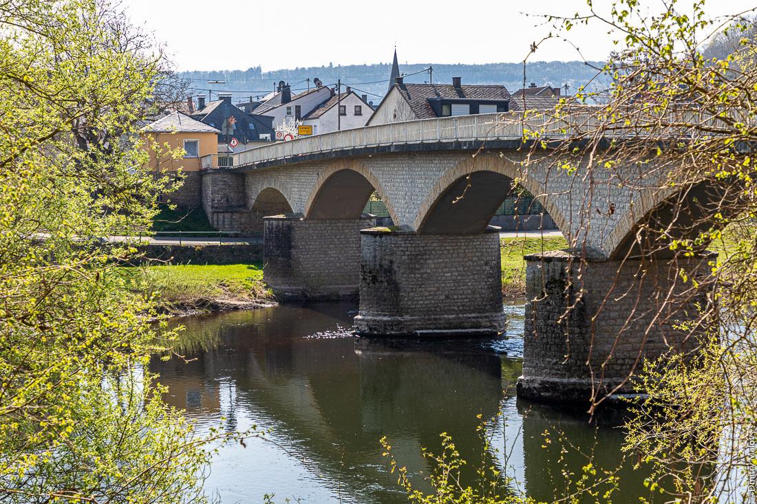 Пограничный мост через реку Зауэр около люксембургского Васербилига в немецкий Лангсур. Border bridge over Sûre river near Wasserbillig, Luxembourg to Langsur, Germany