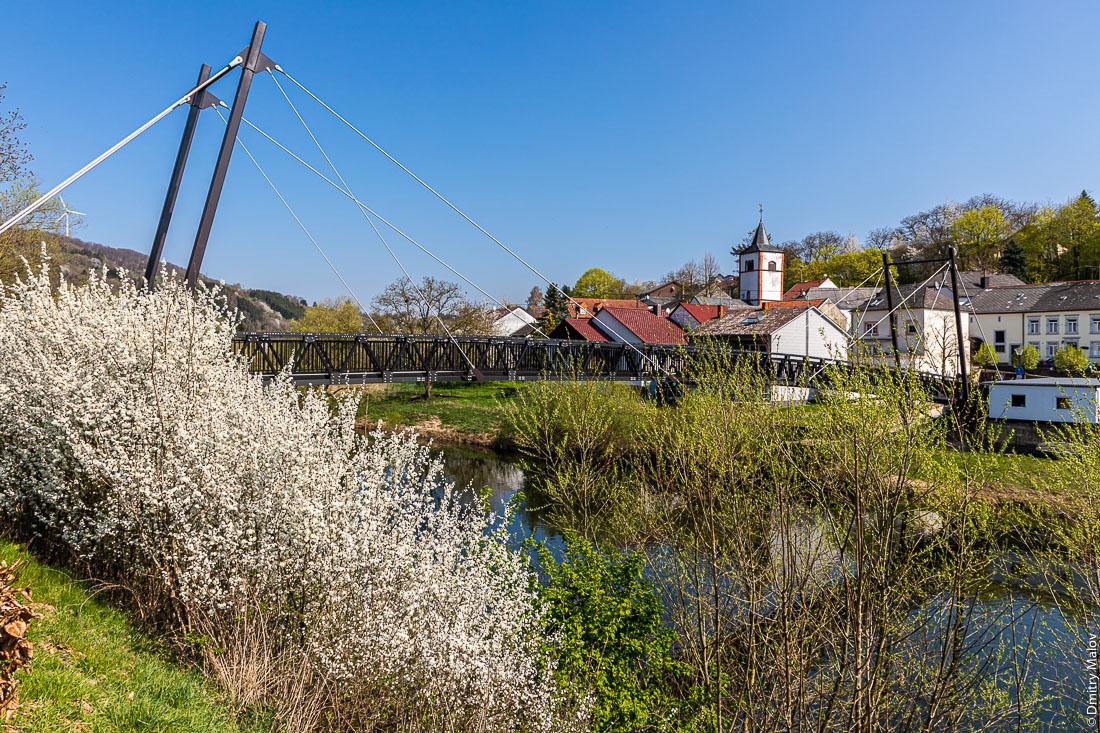 Пограничный пешеходный мост через реку Зауэр из люксембургского Моерсдорфа в немецкий Метцдорф. Walking bridge over Sûre river from Moersdorf, Luxembourg to Metzdorf, Germany