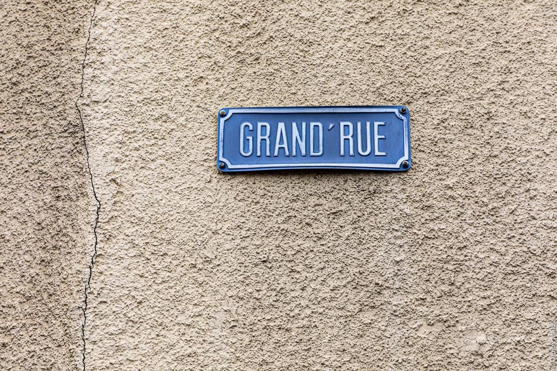 Grand rue. Old street name sign, Martelange, Wallonia, Belgium. Табличка с названием улицы. Мартеланж, Валлония, Бельгия