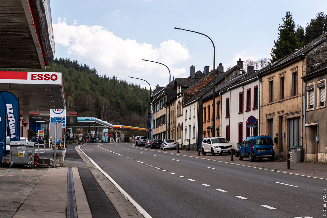 Highway N4 run through Rombach, Luxembourg (left) and  Martelange, Wallonia, Belgium (right). Шоссе N4 проходит через Ромбах, Люксембург (слева) и Мартеланж, Валлония, Бельгия (справа).