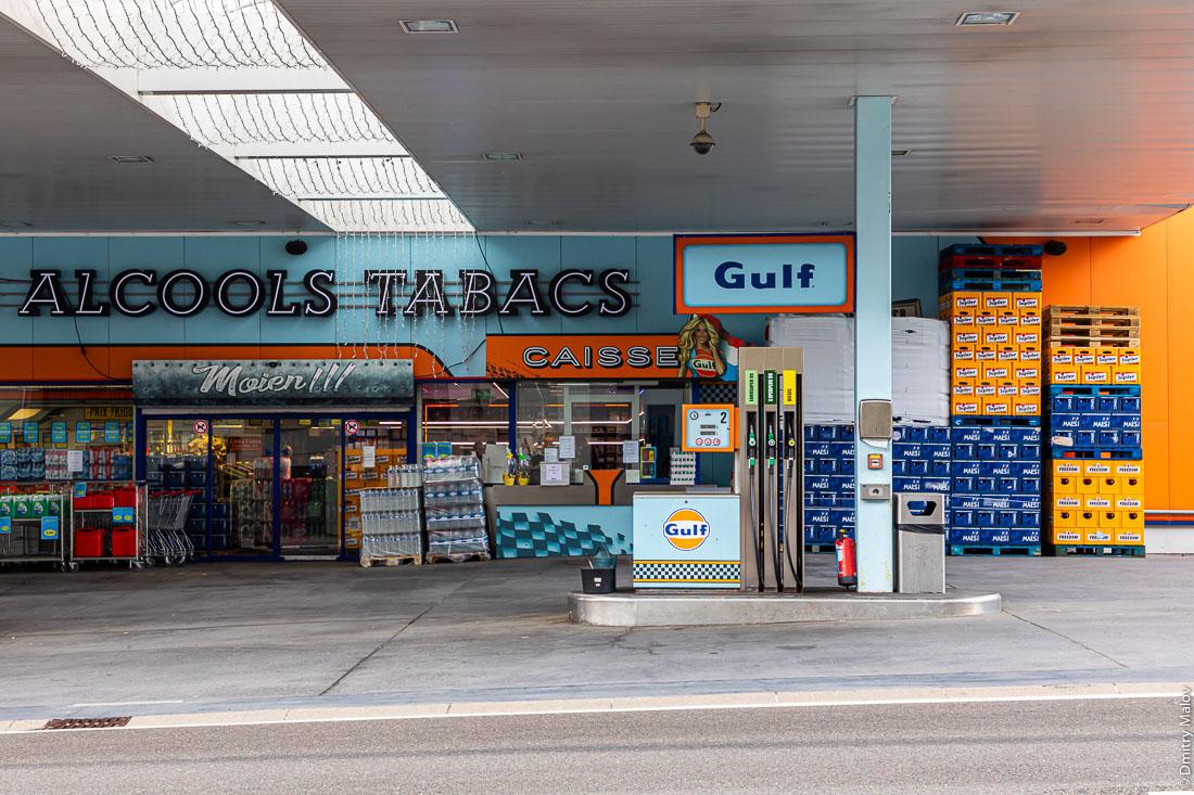 Gulf gas fuelling station as Highway N4 run through Rombach, Luxembourg and  Martelange, Wallonia, Belgium. АЗС Gulf на шоссе N4, проходящем через Ромбах, Люксембург и Мартеланж, Валлония, Бельгия