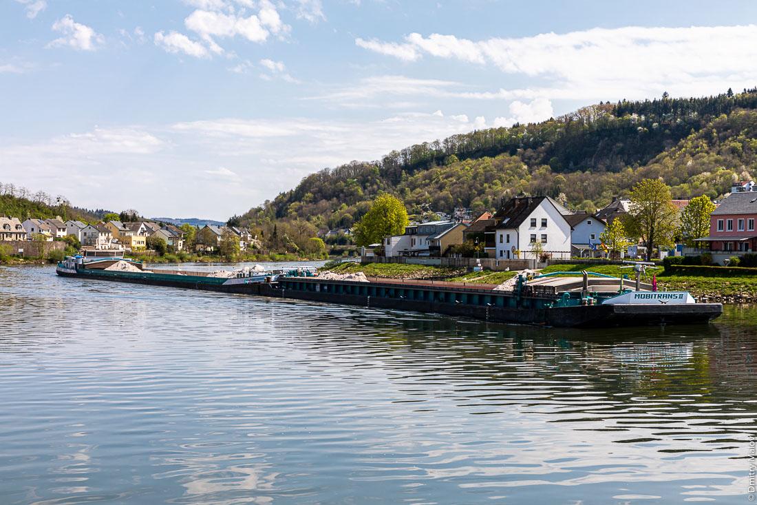 River barge train on Moselle in Oberbillig (Germany) and Wasserbillig (Luxembourg). Поезд барж на реке Мозель между люксембургским Вассербиллигом и немецким Обербиллигом