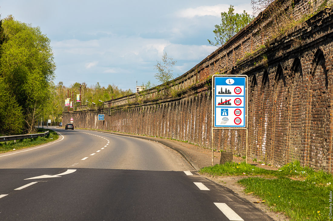 Luxemborug-France border in Esch-sur-Alzette, Luxembourg. Французско-люксемюургская граница в промзоне в Эш-сюр-Альзетт, Люксембург.