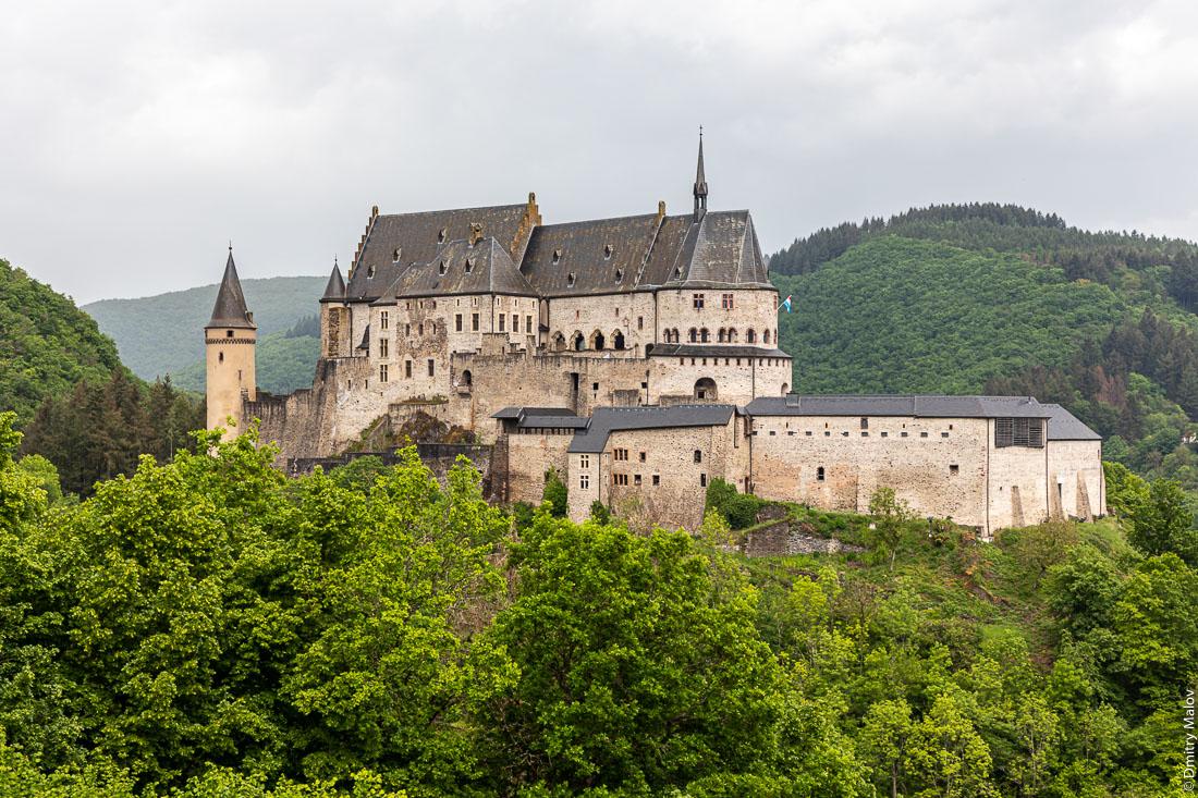 Замок Вианден в пасмурную погоду, Люксембург. Vianden Castle in cloudy weather, Luxembourg.