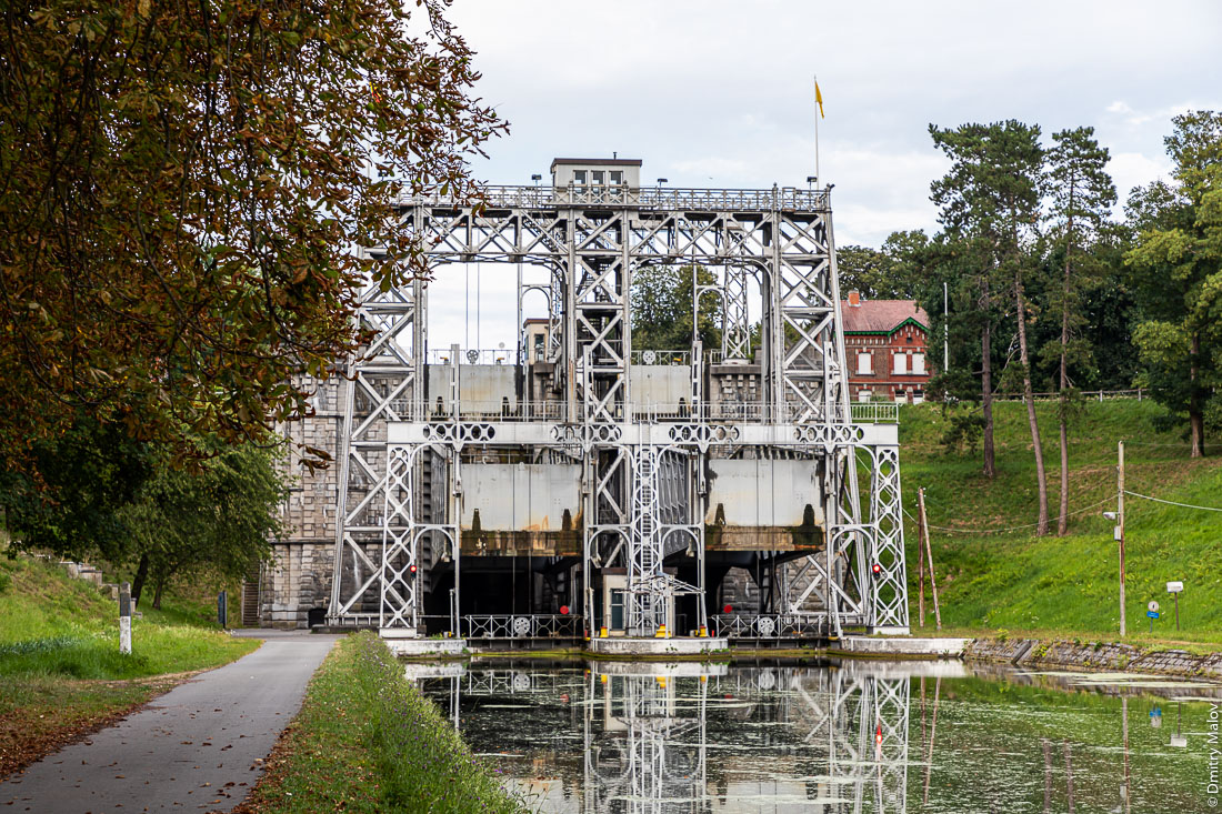 Boat Lift #2 of the Canal du Centre, La Louvière, Belgium. Судоподъёмник №2 Центрального канала в Бельгии. World Heritage Site of UNESCO.