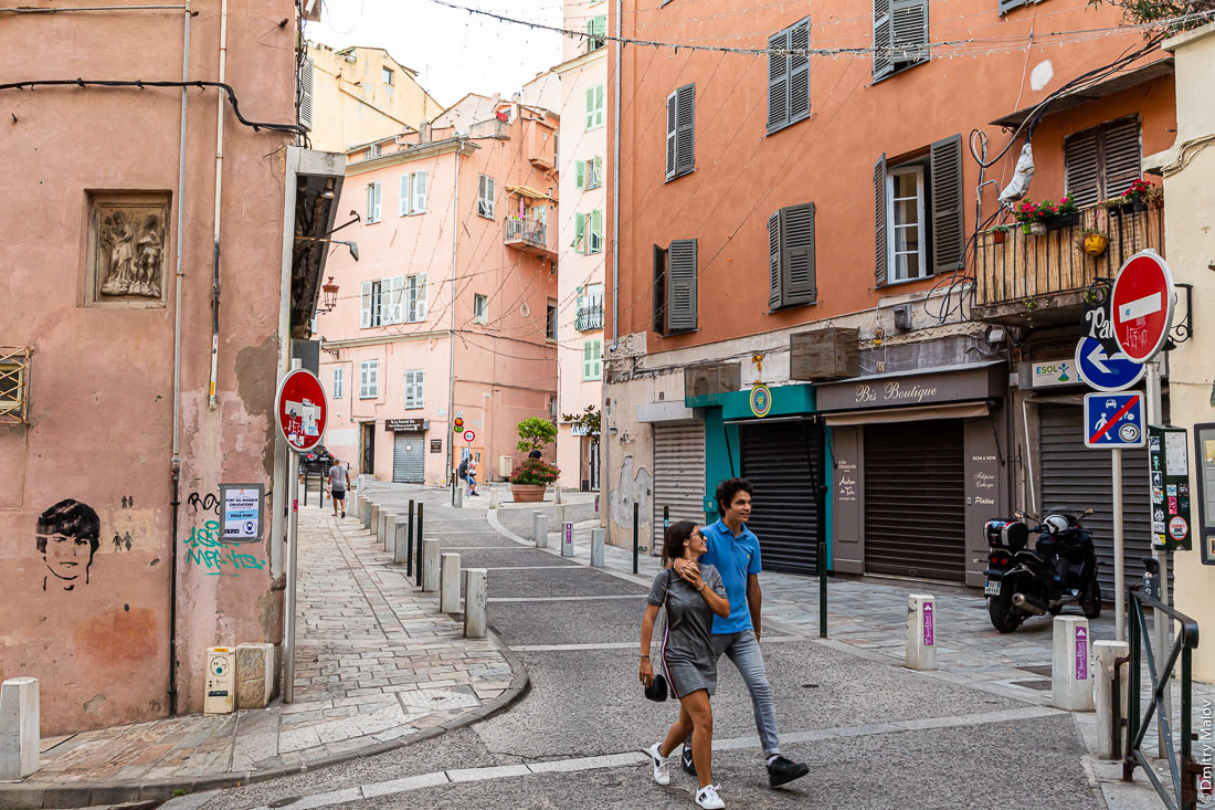 A young couple walking on streets of Bastia, Crosica