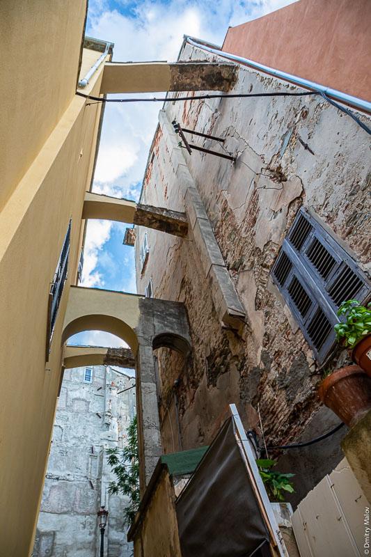 Распоры между историческими домами на узкой улице, Бестия, Корсика.