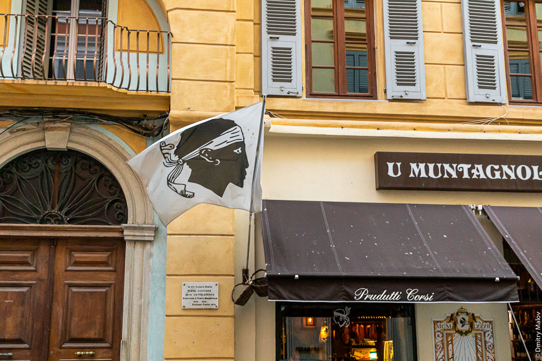 Флаг Корсики, развевется в центре города Бастия, Корсика. Flag of Corsica flying in Bastia city center, Corsica.