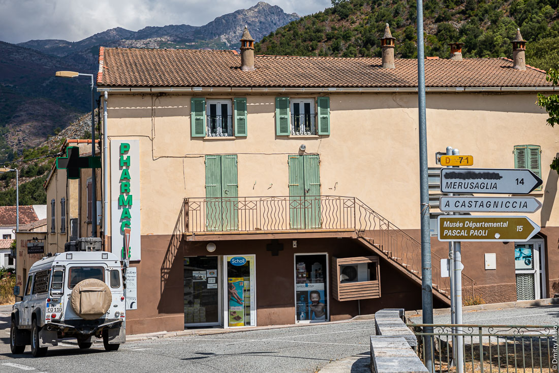 Corsican nationalists vandalizing the French language on road signs. Корсиканские националисты портят французские названия на дорожных знаках.