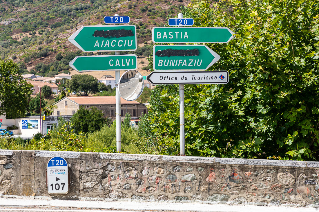 Corsican road signs with official French names vandalized. Корсика. Вандализм французских названий на дорожных знаках