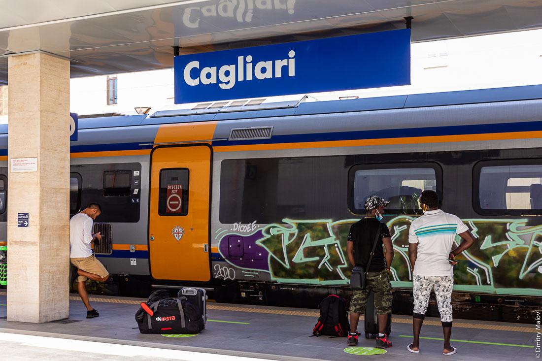 Платформа центрального воказала, люди ждут поезд. Кальяри, Сардиния, Италия. Cagliari, Sardinia, Italy