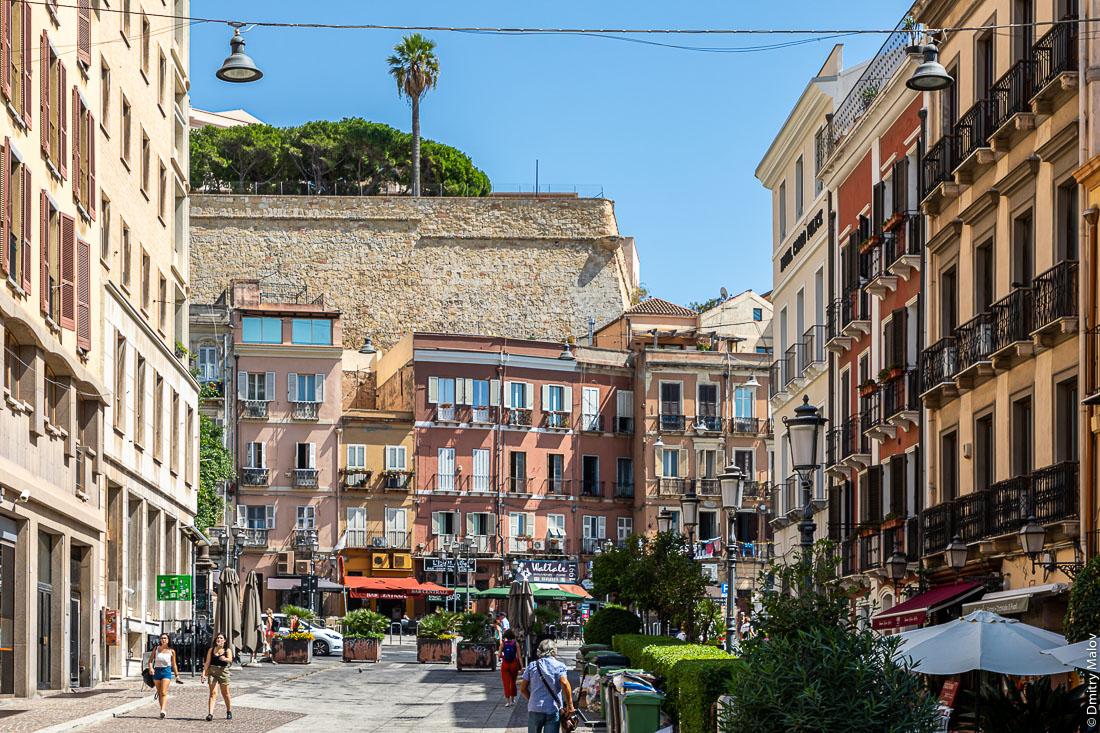 Улица Corso Vittorio Emanuele II упирается в цитадель. Cagliari, Italy