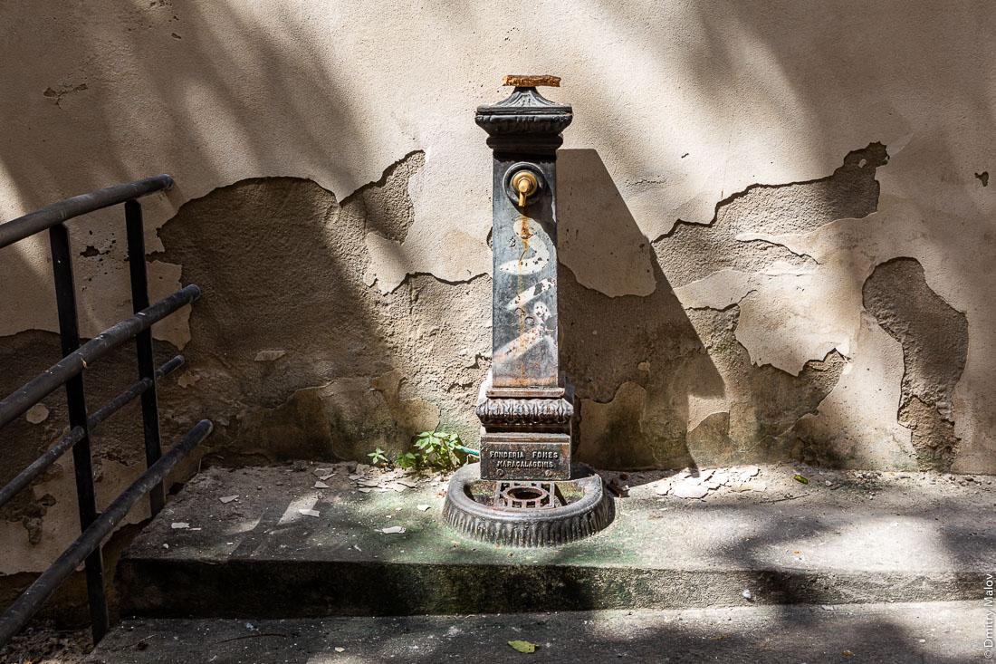 Питьевой фонтанчик на итальянской улице, Кальяри, Сардиния