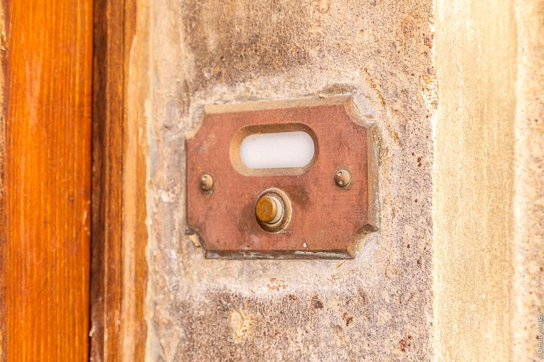 Дверной звонок на итальянской улице, Кальяри, Сардиния
